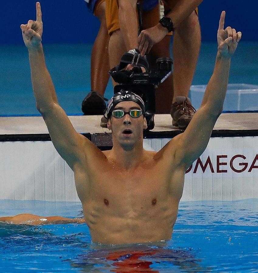 849px-Michael_Phelps_conquista_20ª_medalha_de_ouro_e_é_ovacionado_1036416-09082016-_mg_6640_01_(cropped)